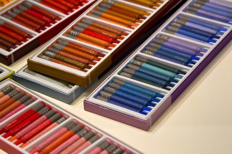 沢山の色のさまざまな岐阜で買える画材の写真